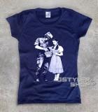 dorothy t-shirt donna raffigurante un poliziotto che perquisisce dorothy del mago di oz