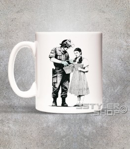 dorothy tazza - mug raffigurante un poliziotto che perquisisce dorothy del mago di oz