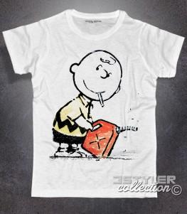 charlie brown t-shirt uomo con la sigaretta in bocca e una tanica di benzina in mano