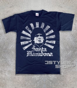 """Santa Maradona t-shirt uomo l'immagine stilizzata di Maradona in versione """"santo"""" con tanto di aureola e scritta Santa Maradona"""